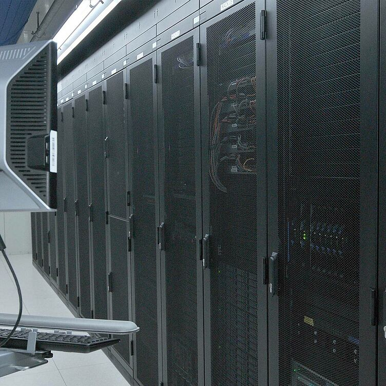 hosting_in_canada_csm_colocation-monitor-datacenter